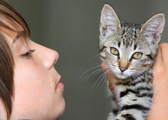 adolescent et son chaton