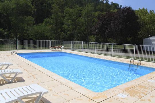 piscine et chaises longues