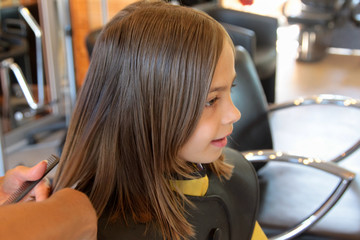 couper les pointes chez la coiffeuse