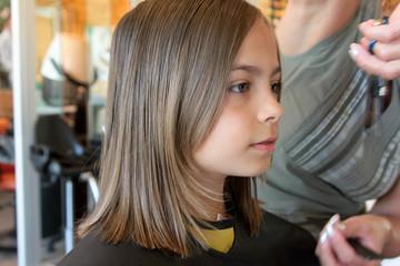 effiler les cheveux au ssalon de coiffure