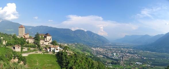 Schloss Dorf Tirol & Meran im Tal