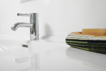 Handtuch und Seife am Waschbecken