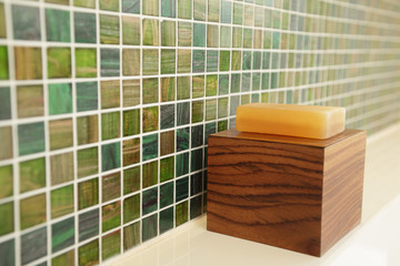 Im Badezimmer, Seife auf Holz