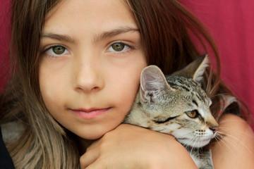 fillette câlinant son chaton
