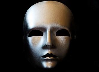 Maske silber auf schwarzem Hintergrund