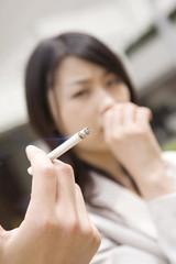 Fototapeta 近くでタバコを吸われ嫌がる女性 obraz