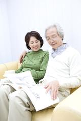 雑誌を読むシニア夫婦