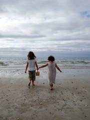 petites filles vidant la mer