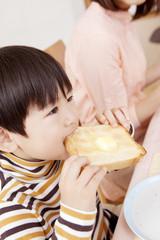 トーストを食べる男の子