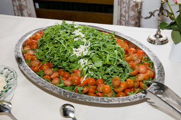 Cherry tomaten an grünem salat