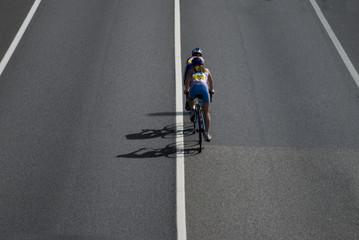 Paar meisjes fietsen