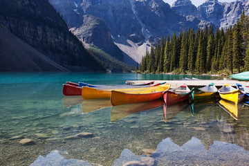 Poster de jardin Canada Canoes on Moraine Lake
