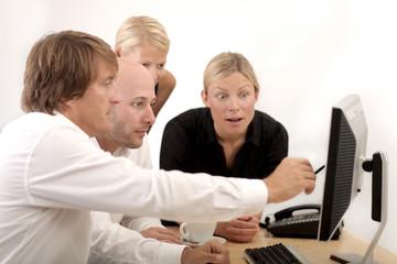 im büro chef und mitarbeiter