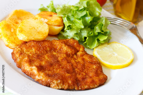 schnitzel paniert mit bratkartoffeln und salat stockfotos und lizenzfreie bilder auf fotolia. Black Bedroom Furniture Sets. Home Design Ideas