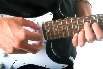 Mains jouant de la guitare électrique