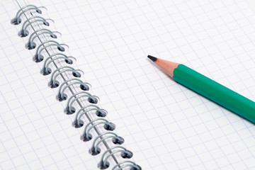 Crayon noir sur bloc note vierge