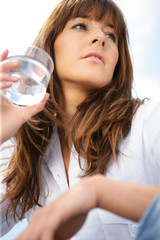 Portrait d'une femme avec un verre d'eau à la main