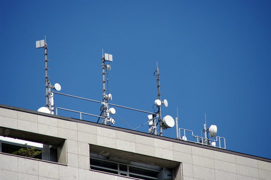 Antennes relais sur le toit d'un immeuble