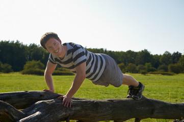 junger Mann beim Fitness in der Natur