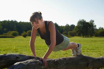 junge Frau beim Fitness in der Natur