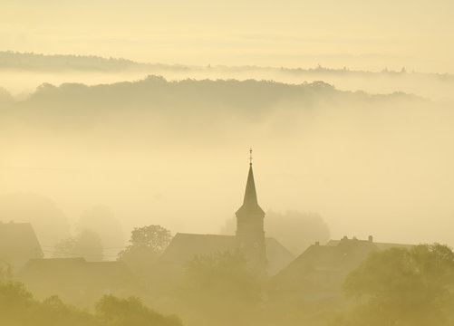 clocher dans la brume