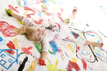 smiling child full of paint -  bemaltes Kind lacht