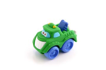 Petit camion en plastique pour enfant sur fond blanc