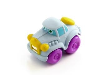 Petite voiture en plastique pour enfant sur fond blanc