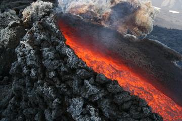 Nahaufnahme der Lavaaustritstelle am Vulkan Ätna Sizilien