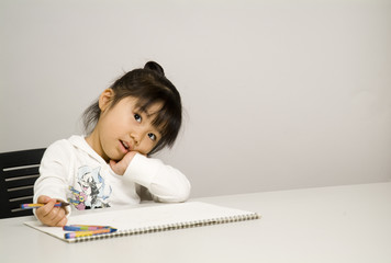 絵を描く女の子
