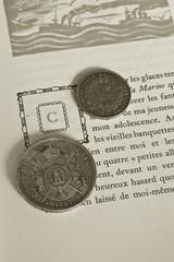 Monnaies anciennes sur un livre