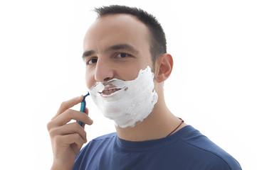 joven sonriente afeitandose