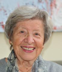 Seniorin auf Sofa vor Bild II