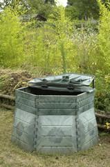 bac à compost dans un jardin