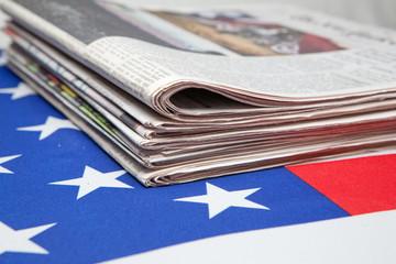 Zeitungen auf der Flagger der USA
