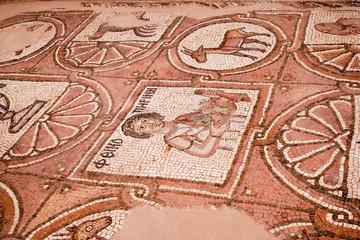 Mosaik in den Ruinen einer antiken Kirche