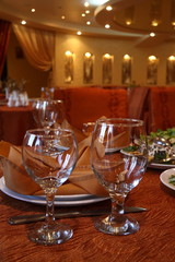 Decor in the restaurant. Glasses, napkins, evening.