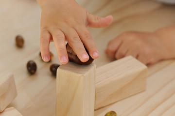 Kinderhände spielen