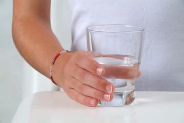 Ein Glass Wasser in Kinderhand