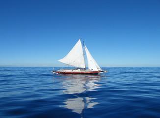 Vieux voilier naviguant sur le Pacifique