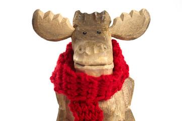 Holzelch mit rotem Wollschal