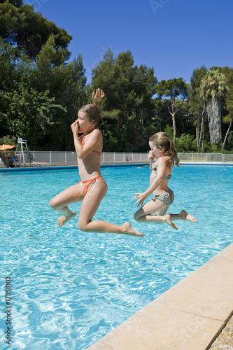 Petite fille sautant dans la piscine photo libre de Piscine la petite amazonie