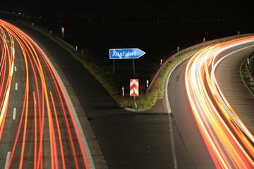 Autobahn-Ausfahrt bei Nacht
