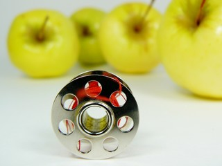 Bobbin four apples