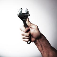 homme tenant clef acier