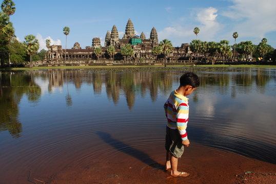 Jeune cambodgien a Angkor Vat