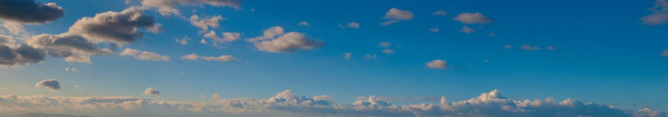 image d'un ciel bleu XXL panoramique avec nuages le soir