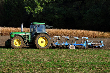 Pflug und Traktor