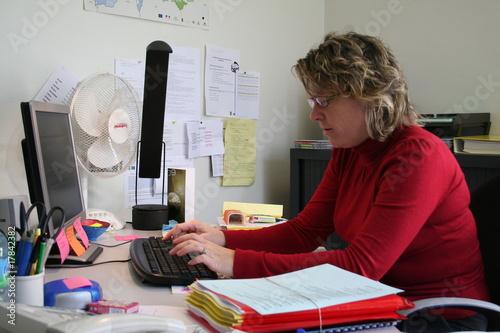 Secr taire devant un ordinateur photo libre de droits - Secretaire ordinateur ...