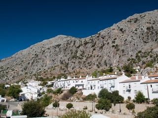 Village blanc accroché à la montagne